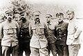 Piłsudski wśród oficerów sztabu.jpg