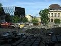 Platz der Alten Synagoge mit UB (links) und Stadttheater vom Kollegiengebäude II der Freiburger Uni.jpg