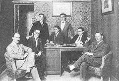 Santos y otros periodistas de la revista reunidos en 1927 con directivos de la productora cinematográfica E.L.A.