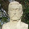 Porträtbüste von Reichkanzler Constantin Fehrenbach auf dem Hauptfriedhof in Freiburg.jpg