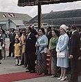 President Soeharto en zijn vrouw op vliegveld Kemajoran bij Jakarta bij het vert, Bestanddeelnr 254-9078.jpg