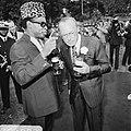 Prins Bernhard in Zaire (voorheen Belgisch Congo), Bernhard en Mobutu in gesprek, Bestanddeelnr 926-6032.jpg
