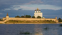 Pskov asv07-2018 Kremlin before sunset.jpg
