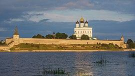 Pskov asv07-2018 Kremlin before sunset.jpg