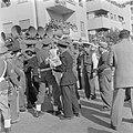 Publiek en politieagenten, waarvan een met peuter op de arm, bij een luidspreker, Bestanddeelnr 255-0997.jpg