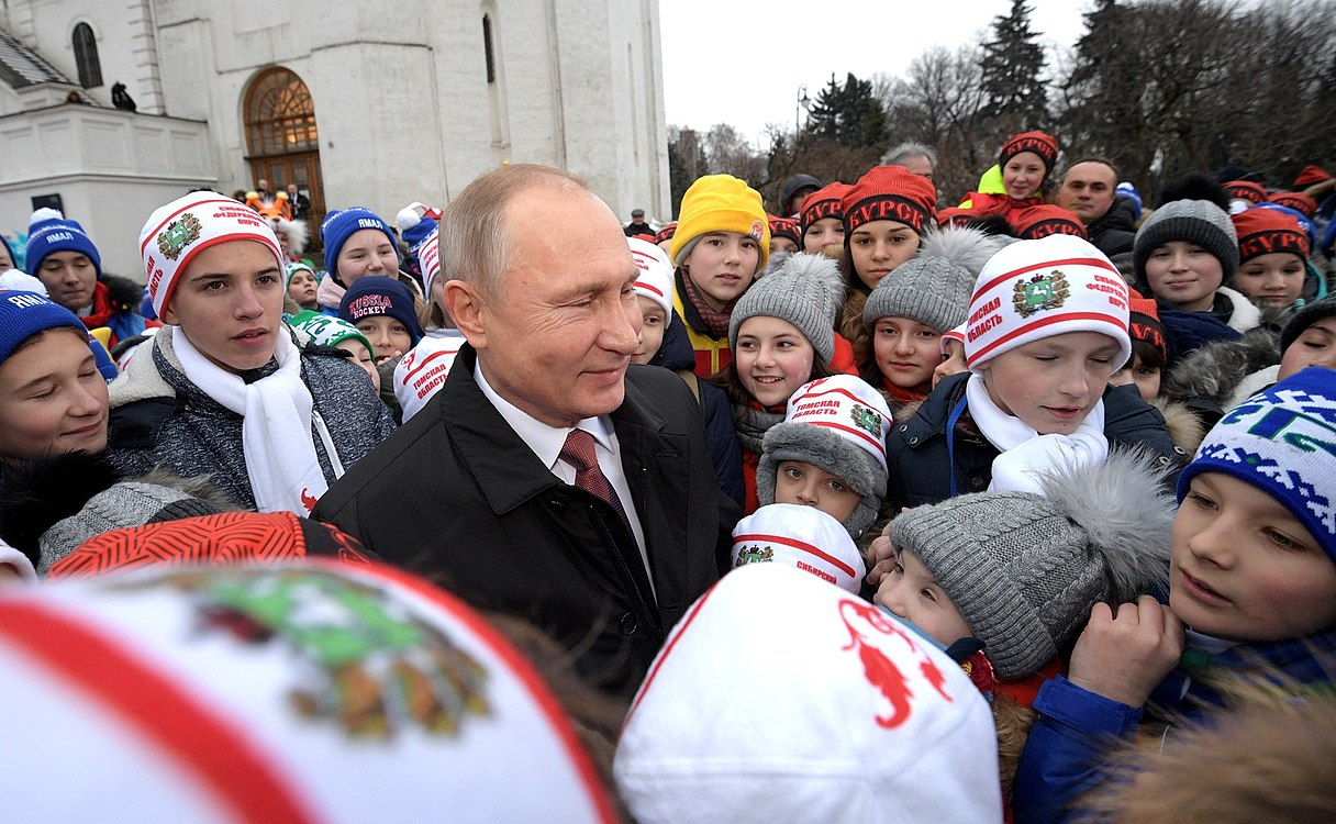 Putin with children 2017-12-26 01.jpg