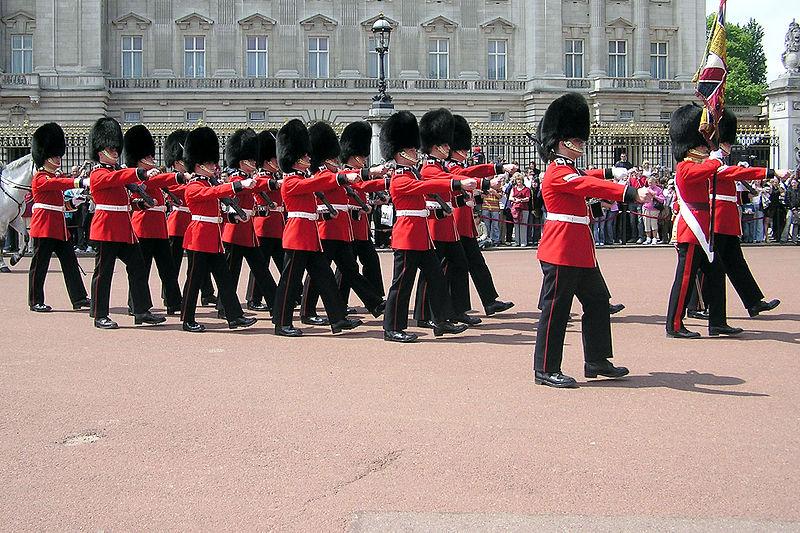 800px-Queens.guard.buck.palace.arp.jpg
