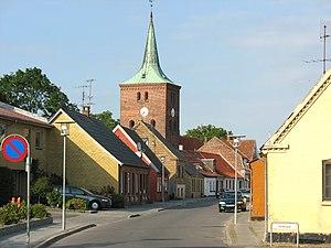 Blick auf das Zentrum mit der einzigen Kirche des Ortes