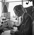 Radiocontact in de verkeerstoren op luchthaven Schiphol, Bestanddeelnr 254-2422.jpg