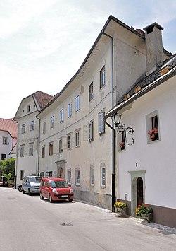 Radovljica - Trubarjeva ulica (pogled na Magušarjevo hišo).jpg