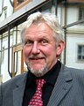 Reiner Klewen vor dem Hörsaalgebäude der Fakultät Landbau Landespflege HTW Dresden in Pillnitz, November 2009.JPG