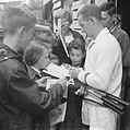 Rod Laver bestormd door tennisfans, Bestanddeelnr 914-1607.jpg