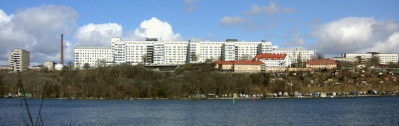 Sydsygehusets bygningskompleks i april 2006, vy over Årstaviken, fremfører ligger bygningerne til Barn- og den ungdomspsykiatriske klinik (tidligere Sachsska børnesygehuset) og Södra Årstalundens koloniområde.   Længst ud til højre ses plejeboligen fra 1950'erne.