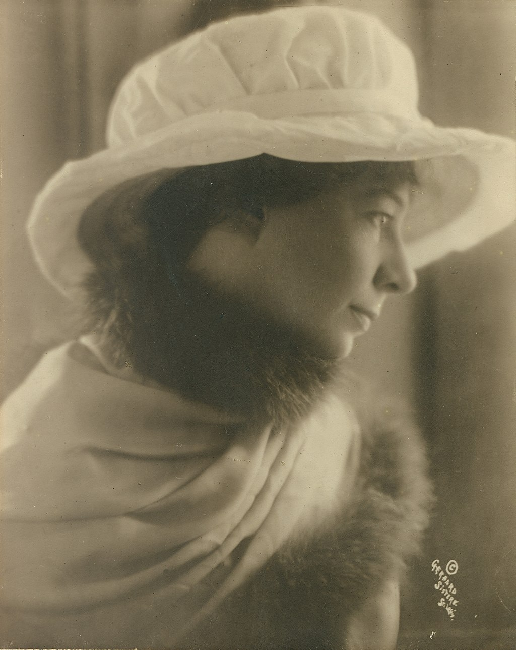 Sara Teasdale. Photograph by Gerhard Sisters, ca. 1910 Missouri History Museum Photograph and Print Collection. Portraits n21492.jpg