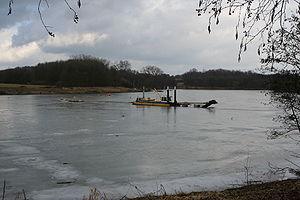 Eingefrorener Saugbagger im Obersee