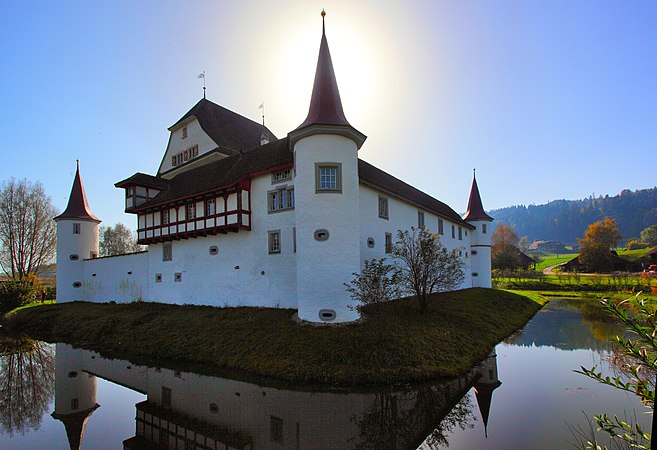 Schloss Wyher and the moat.jpg