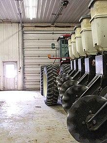 Una seminatrice con trattore (in assetto trasversale da trasporto)