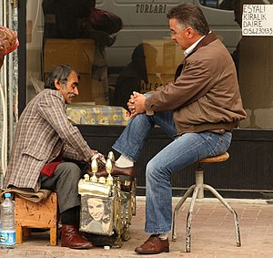 English: Getting a sidewalk shoeshine in Gelib...