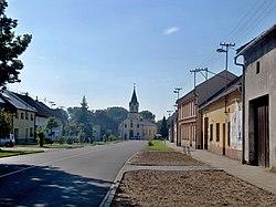 Skaštice, hlavní ulice s kostelem.jpg