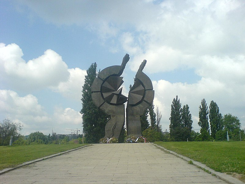 File:Spomenik na Sajmistu.jpg