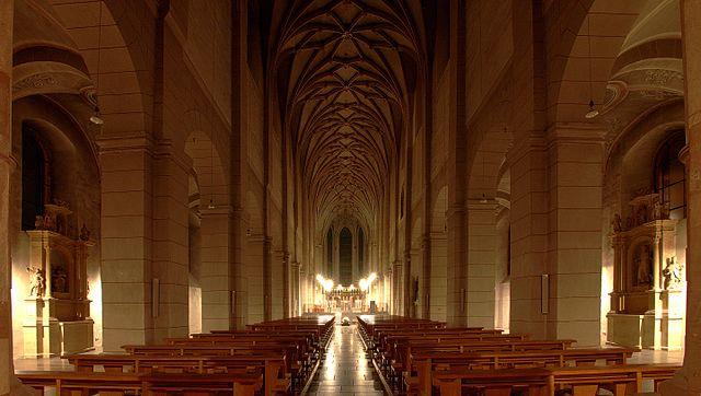 https://upload.wikimedia.org/wikipedia/commons/thumb/7/7b/St._Matthias_Trier_Innen_Nachts.jpg/640px-St._Matthias_Trier_Innen_Nachts.jpg