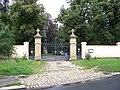 Strašnice, evangelický hřbitov, brána.jpg