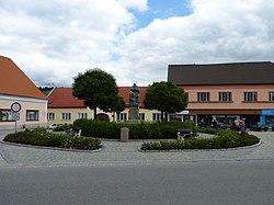 Studená (okres Jindřichův Hradec) - náměstí se sochou Jana Nepomuckého.JPG