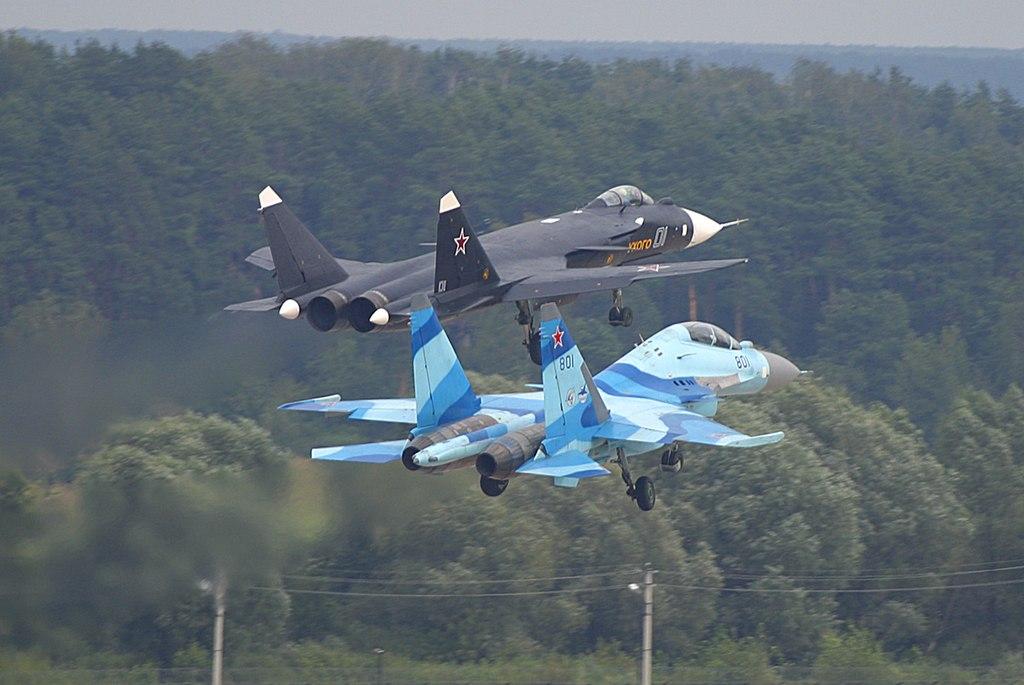 شامل . الافعى الروسية SU-35 1024px-Sukhoi_Su-35UB_and_Su-47_at_MAKS-2003_airshow