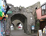 Tenby town wall 2 (34775717174).jpg