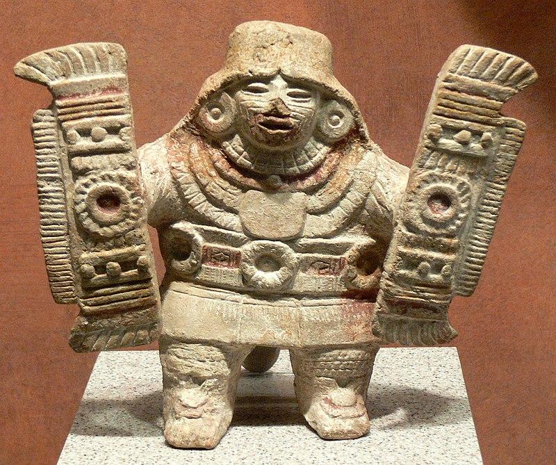 File:Teotihuacán - Figur mit Federschilden.jpg