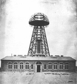 Tesla's Wardenclyffe plant on Long Island in 1904. From this facility, Tesla hoped to demonstrate wireless transmission of electrical energy across the Atlantic. Tesla Broadcast Tower 1904.jpeg