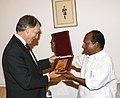 The Defence Minister Shri A.K. Antony presenting a memento to the New Zealand Minister for Defence, Trade, Disarmament and Arms Control, Mr. Phil Goff, in New Delhi on April 19, 2007.jpg