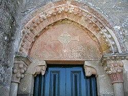 Timpano duha porta da Igtexa de San Munio de Veiga.jpg