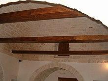 Interno di un trullo restaurato, con travi a vista prive di funzione strutturale