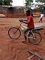 Un enfant avec son vélo à Zogbadjè Calavi.jpg
