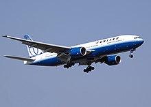 Un Boeing 777-200 nella vecchia livrea di United in atterraggio
