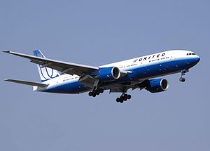 United Airlines Boeing 777–200 landing in the ...