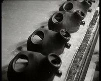 Bioscoopjournaal uit november 1938. De fabricage van gasmaskers in een fabriek te Heveadorp. Dan volgt een voorlichtingsfilmpje waarin het gebruik van de gasmaskers in een oorlogssituatie wordt gedemonstreerd.