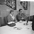 Vertrek Eef Kamerbeek en Mary Bignal naar Londen Mary Bignal en Eef Kamerbeek ti, Bestanddeelnr 911-6377.jpg