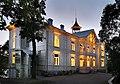 Villa Kivi loistaa kuin lyhty elokuun pimenevässä illassa.jpg
