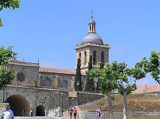 Vista de la Torre de la Catedral de Ciudad Rodrigo desde la Avda. de Yurramendi (al otro lado del valuarte), por la mañana.jpg
