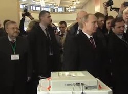 Ficheiro:Vladimir Putin votes in the 2012 Presidential election.ogv