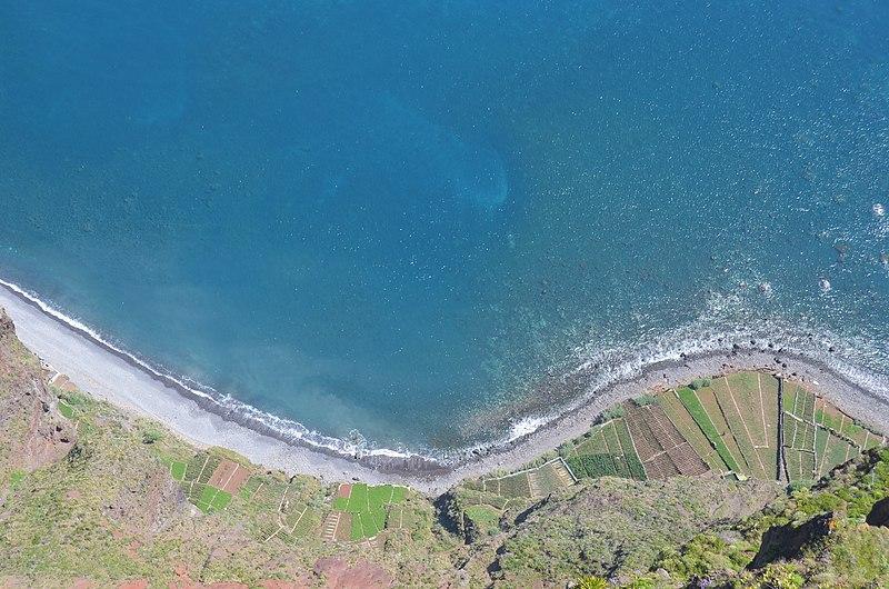 File:Where the ocean meets land (41649301994).jpg