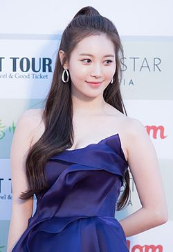 Yura - 2016 Gaon Chart K-pop Awards red carpet 03.jpg