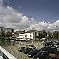 Zicht op de fabriek met omgeving en Het Bassin, de haven, in het midden het witte gebouw De Eiffel - Maastricht - 20386030 - RCE.jpg