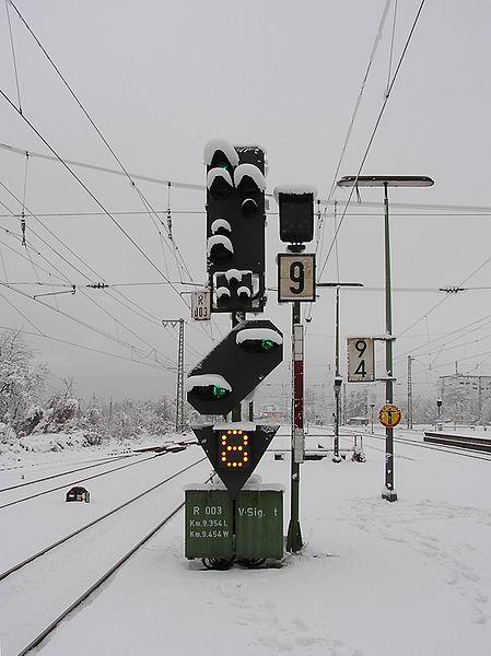 File:Zwischensignal FFM-Hoechst Schnee.jpg