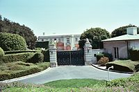 """Beverly Hillbillies"" mansion (2092398372).jpg"