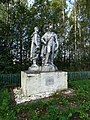 Братская могила, скульптурная группа, ул. Калинина, п. Повенец.jpg