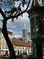 Градско језгро Суботице, детаљ зграде са црквом у позадини.JPG