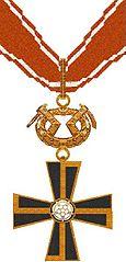 1級マンネルハイム十字章。十字に重ねる形で、黄色のハカリスティが装飾されている。